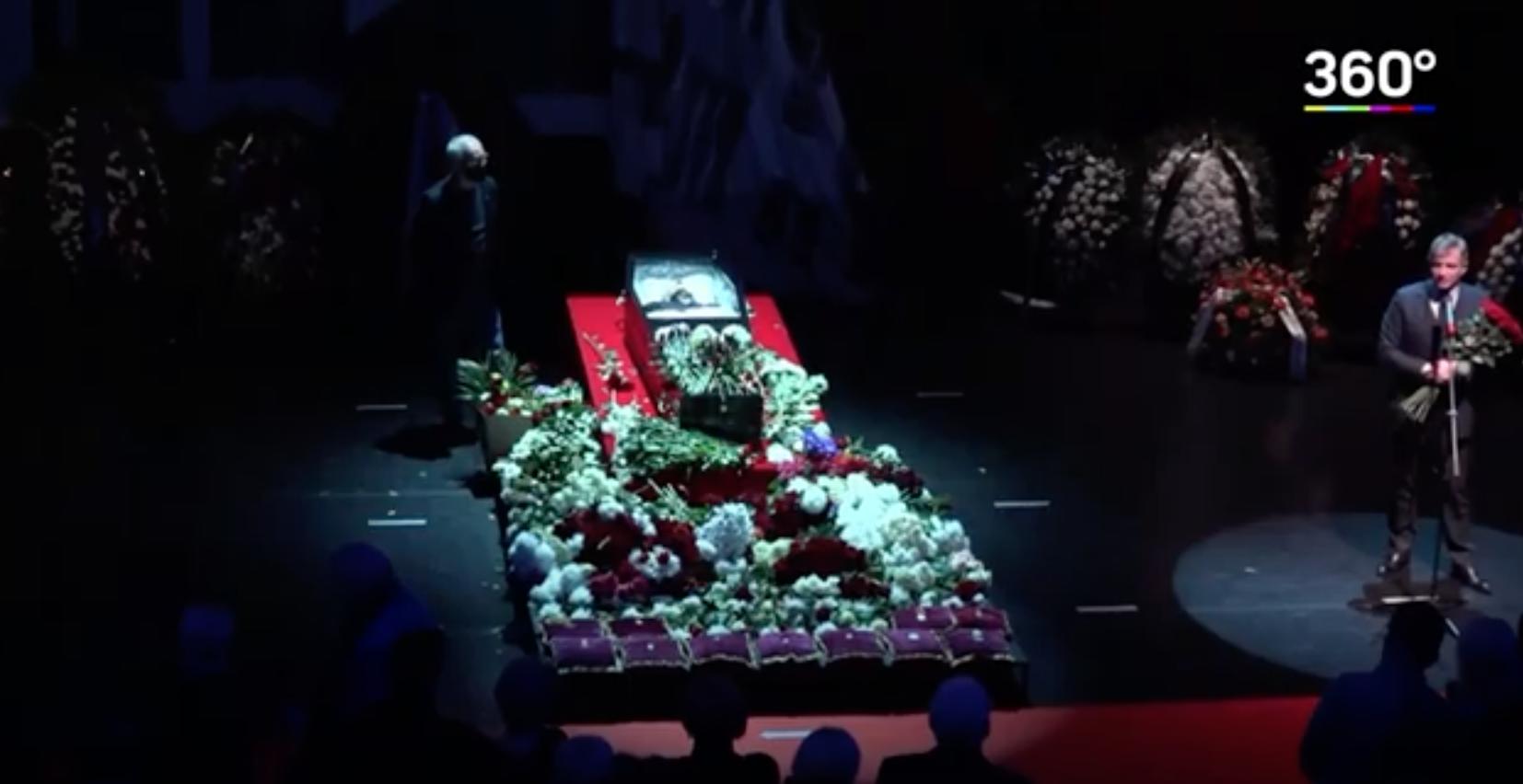 Гроб с телом Виктюка закрыт стеклом