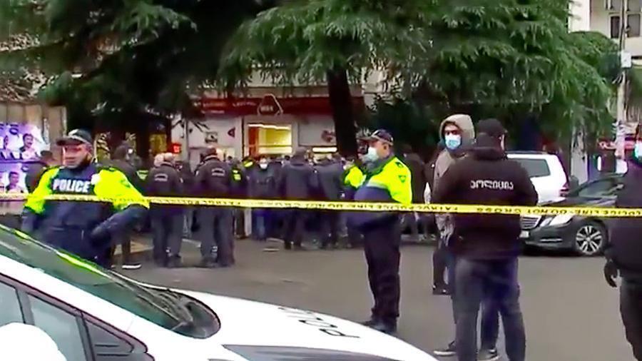 Полиция оцепила район
