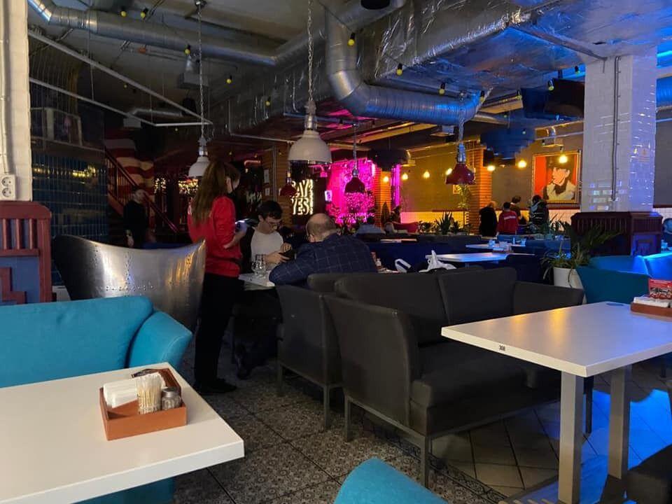 В ресторане работало караоке, а насыщенность посетителей составляла более 100 человек