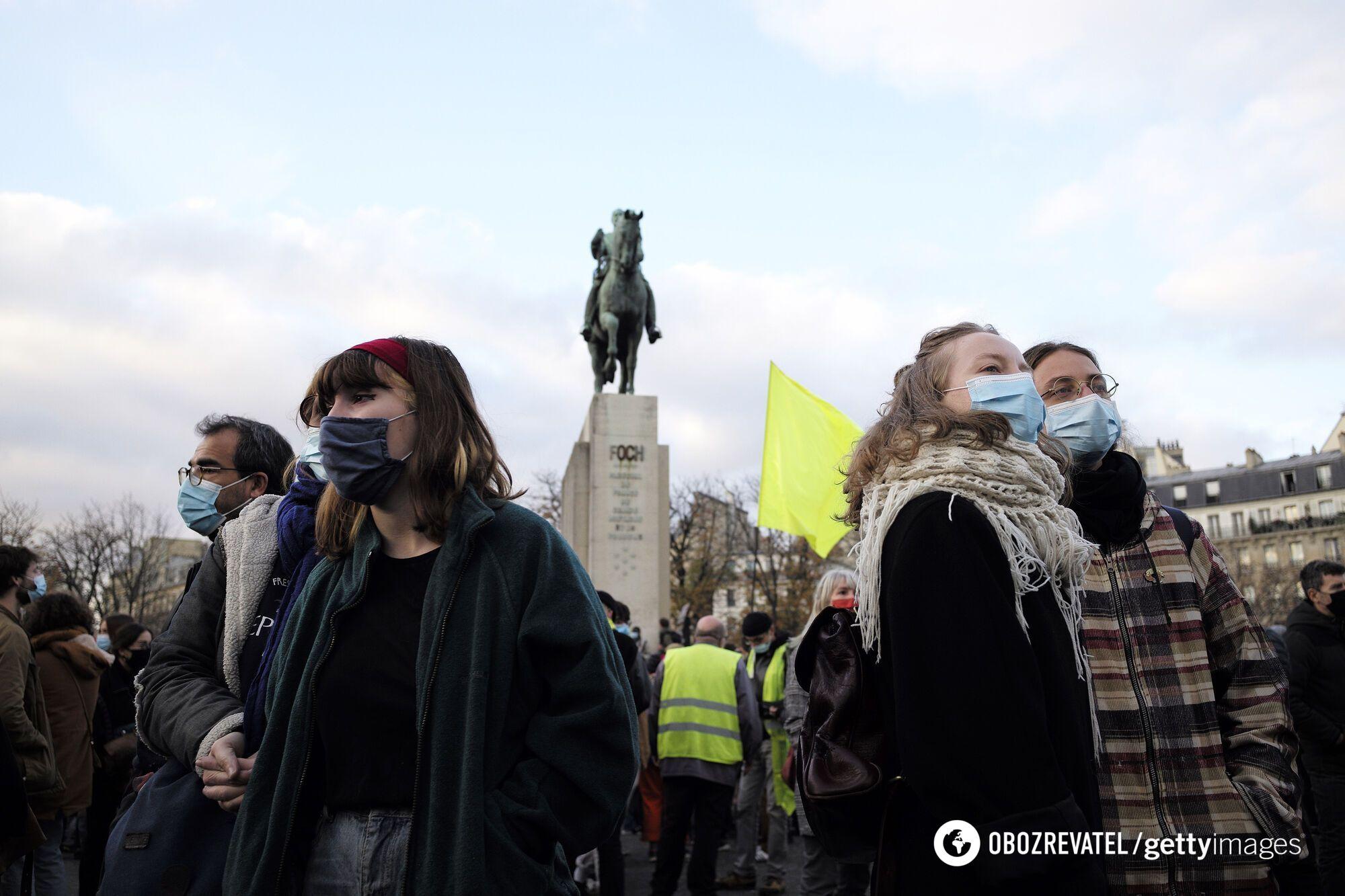 Парижане тысячами вышли на улицы столицы