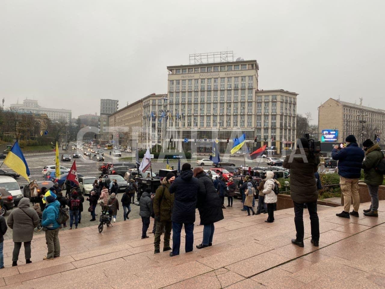 На вході в Український дім зібралося близько 50 осіб