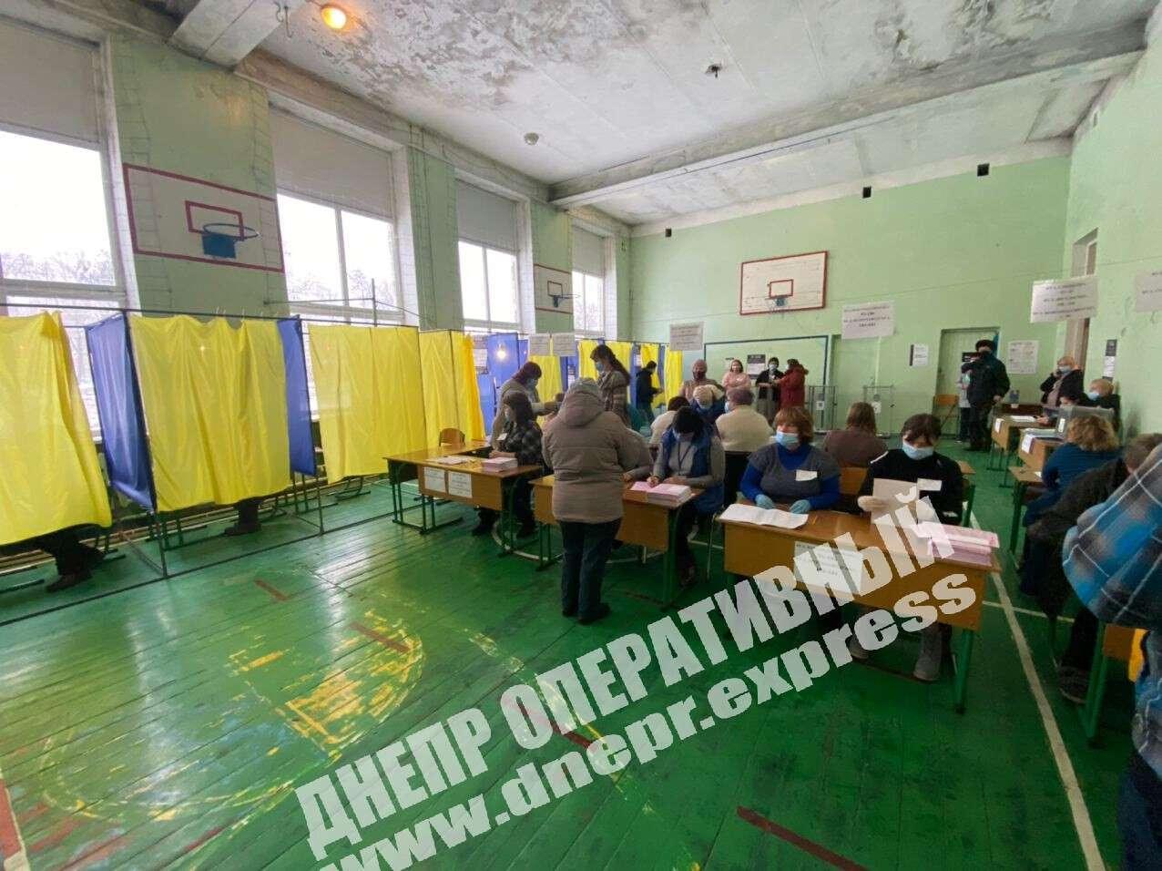 В Днепре зафиксировали первые нарушения на выборах