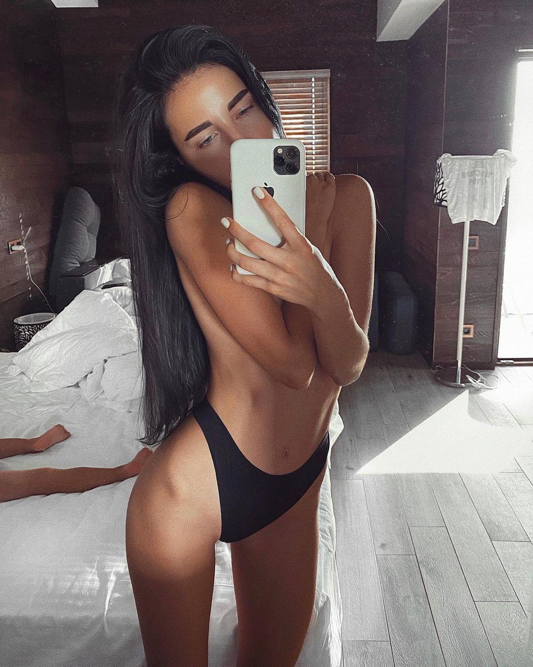 Лиза Третьякова в спальне
