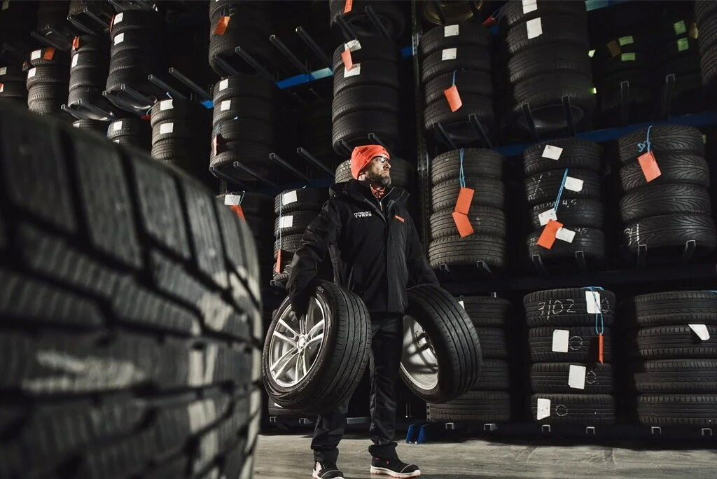 Если шины хранятся отдельно от колеса, то они должны находиться только в вертикальном положении