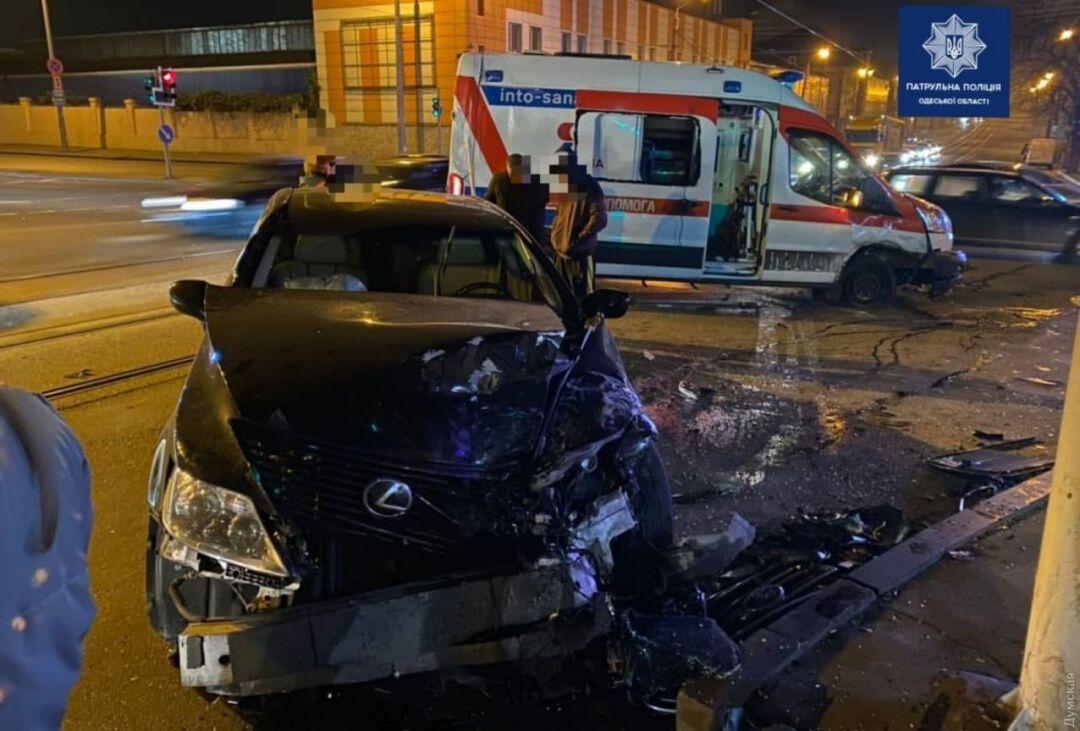 Lexus и Ford Transit столкнулись на регулируемом перекрестке в Одессе