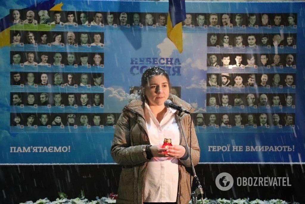 Коваленко зажгла свечу в честь героев