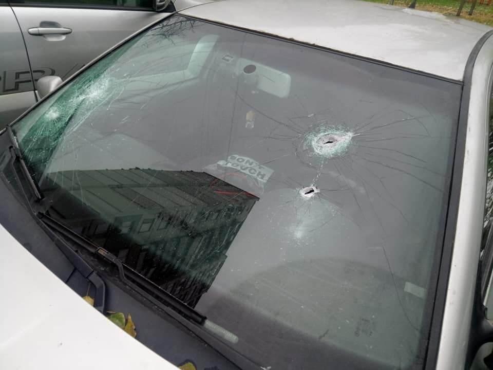 Постріли припали на лобове скло авто