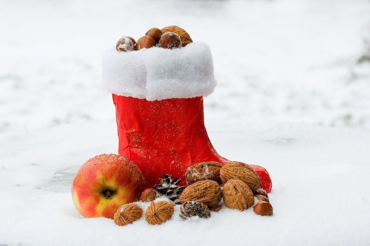 Особливо настання Дня Миколая чекають діти, які зранку знаходять під своєю подушкою солодощі та інші подарунки