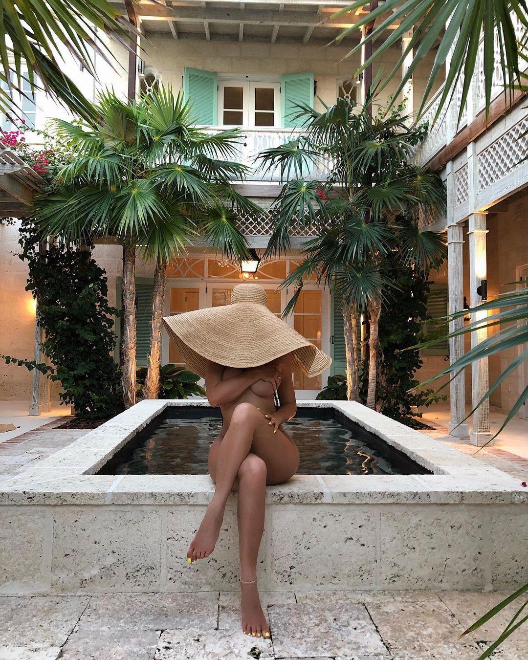 Кайлі Дженнер у солом'яному капелюсі