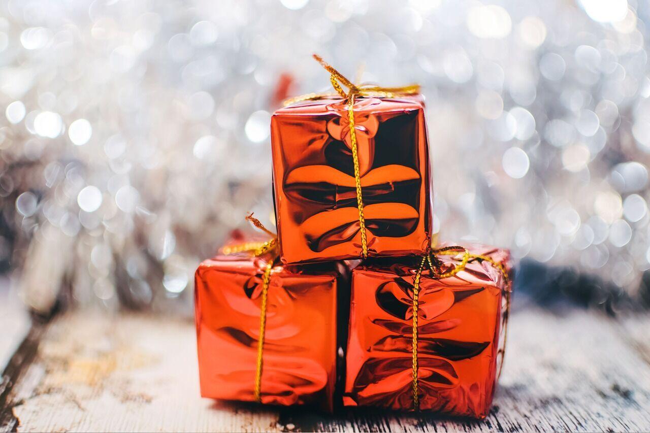 У День святого Миколая діти знаходять подарунки під подушкою