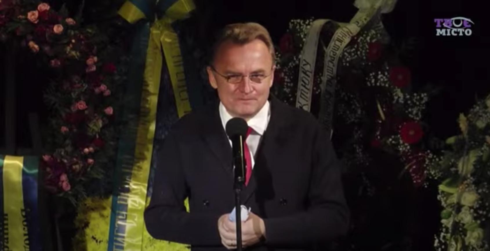 Мэр Львова Садовый на прощании с Виктюком