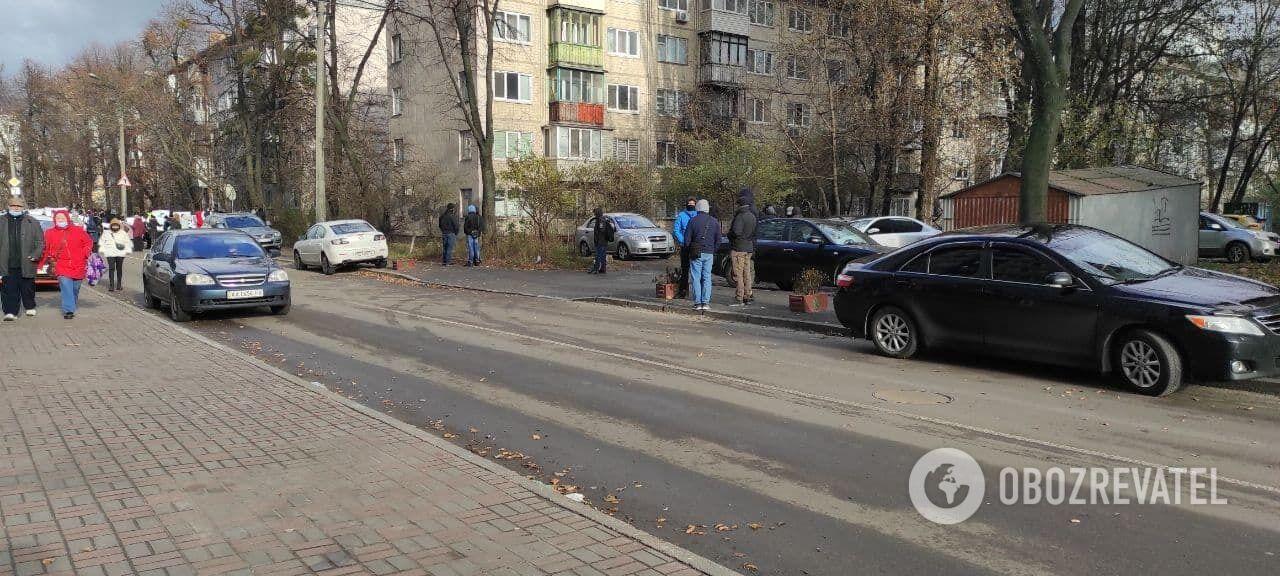 Дорога рядом с посольством была перекрыта