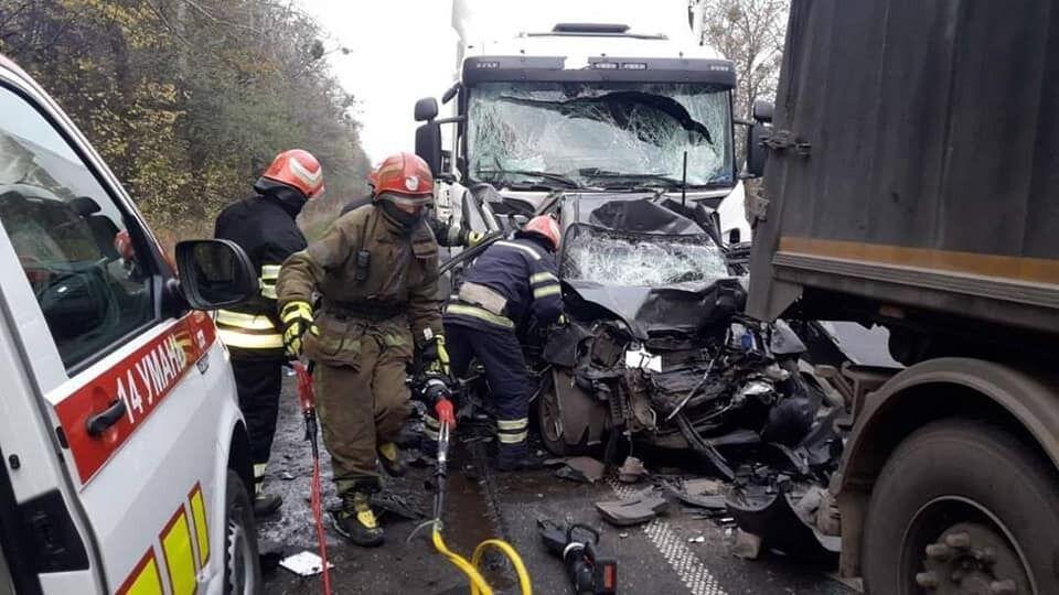 Рятувальникам довелося розрізати пошкоджене авто, аби встановити кількість людей, які на час зіткнення перебували в салоні