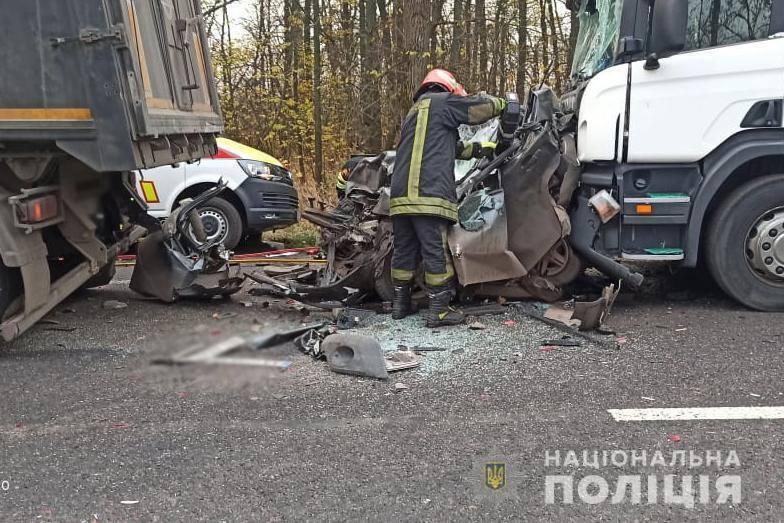Легковик затиснуло між вантажівками