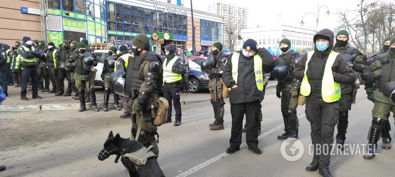 Під посольством перебувало багато правоохоронців