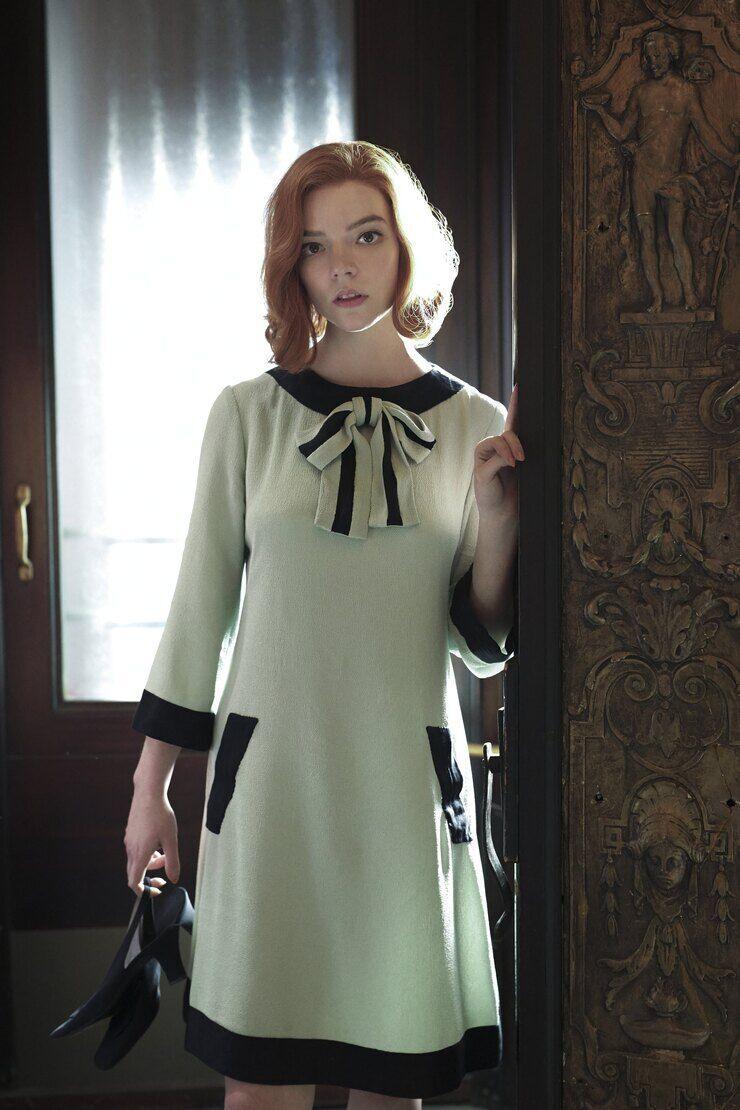 """Гардероб главной героини сериала """"Ход королевы"""" заслуживает отдельного внимания"""