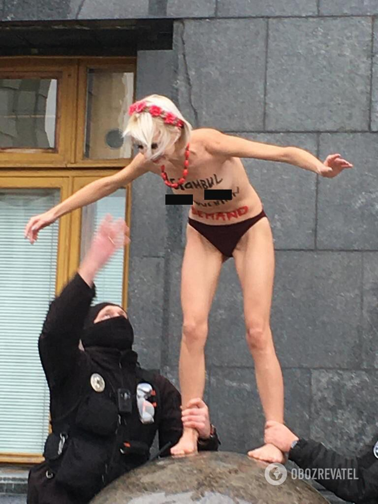 Правоохранители сняли девушку с шара