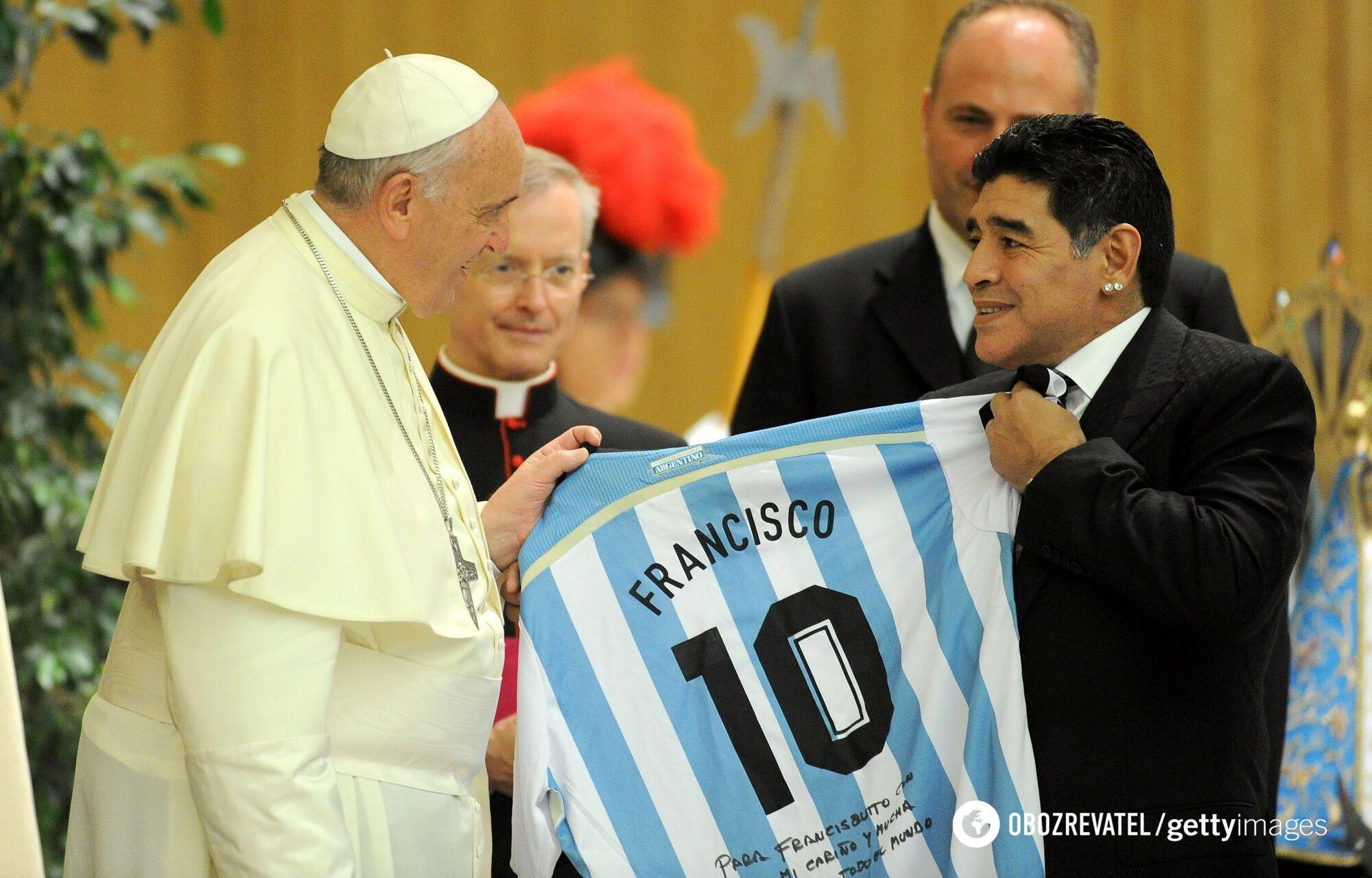 Марадона дарит свою футболку Папе Франциску (2014 год)