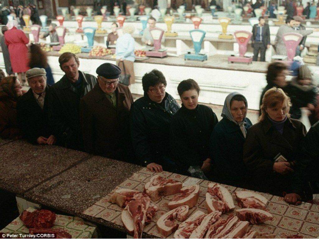 Государственный рынок в Новокузнецке, СССР. Очередь за дешевой свининой