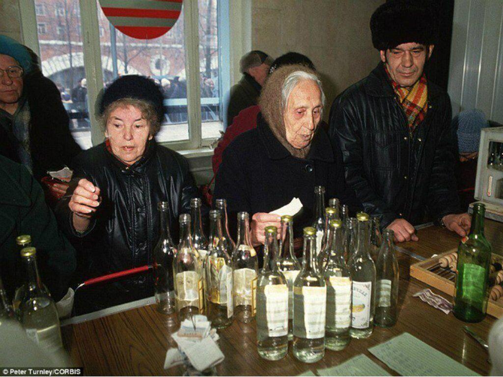 """Водка в СССР часто использовалась как валюта. Очередь за водкой """"Пшеничная"""" с пробкой-""""бескозыркой"""", 1991 год"""