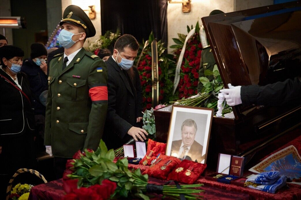 Зеленский возложил цветы к гробу умершего