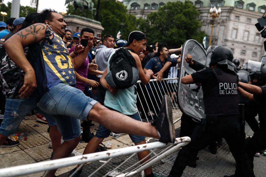 Шанувальники Марадони намагаються прорватися крізь огорожу