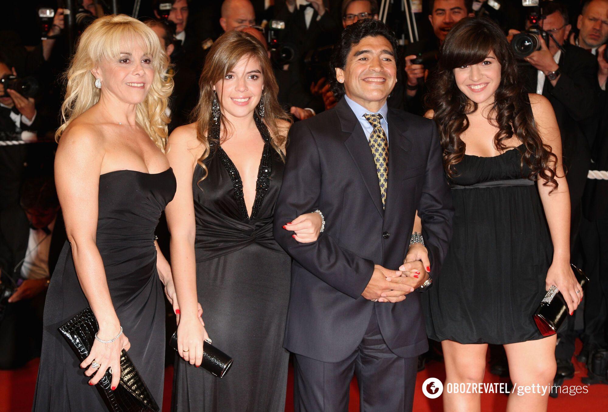 Диего Марадона с Клаудией Велафаньей (слева) и дочерьми.