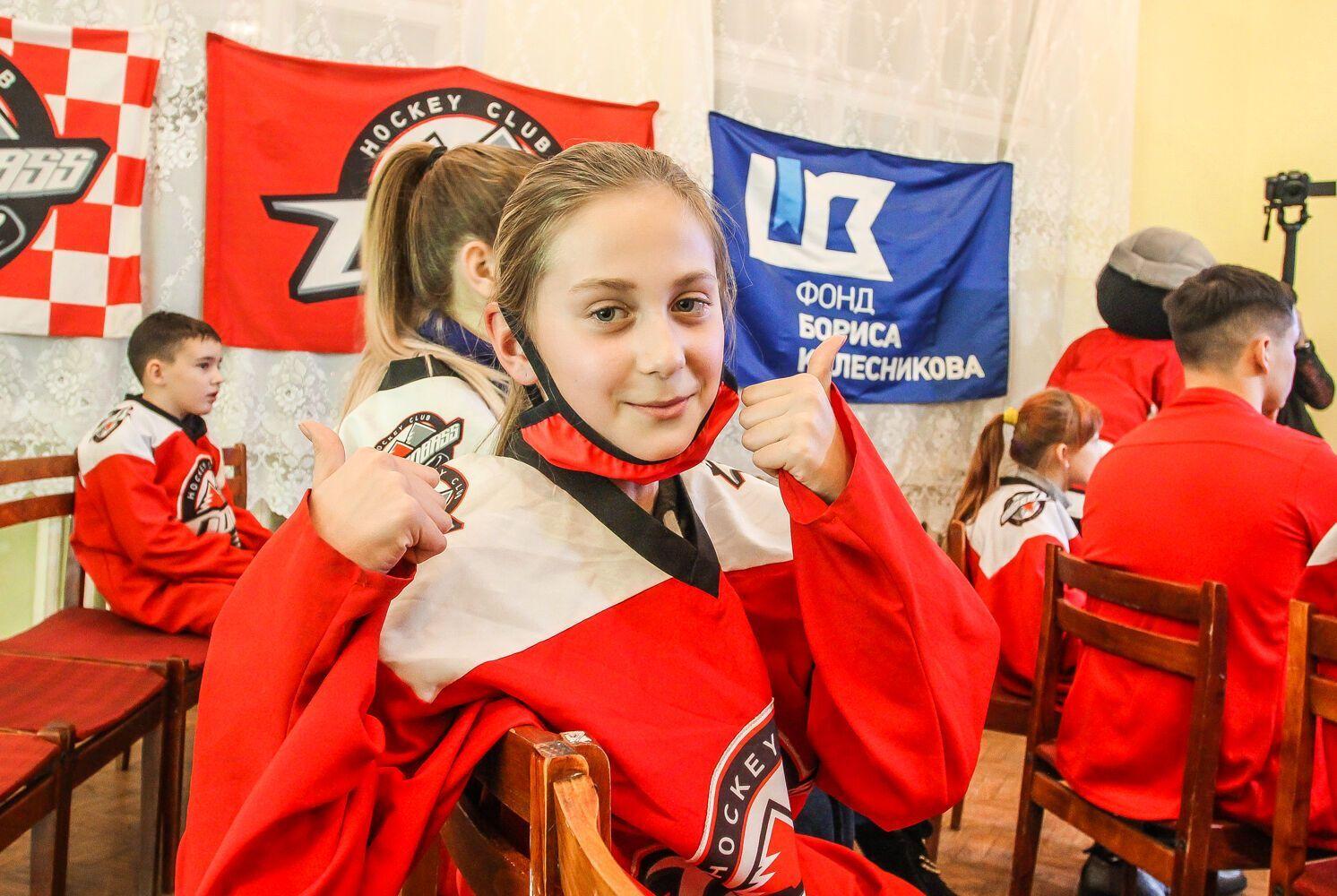 Проєкт стимулює молодих, активних, ініціативних людей цікавитися хокеєм і футболом