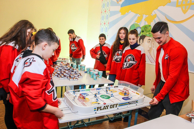 Фонд і клуб займуться технічним оснащенням навчальних закладів регіону, в яких сформовані хокейні та футбольні фан-клуби.