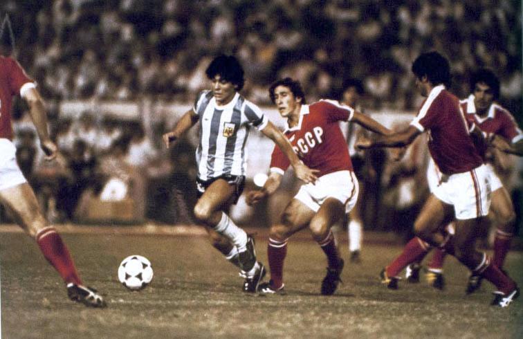Марадона во время матча против сборной СССР, 1979 год