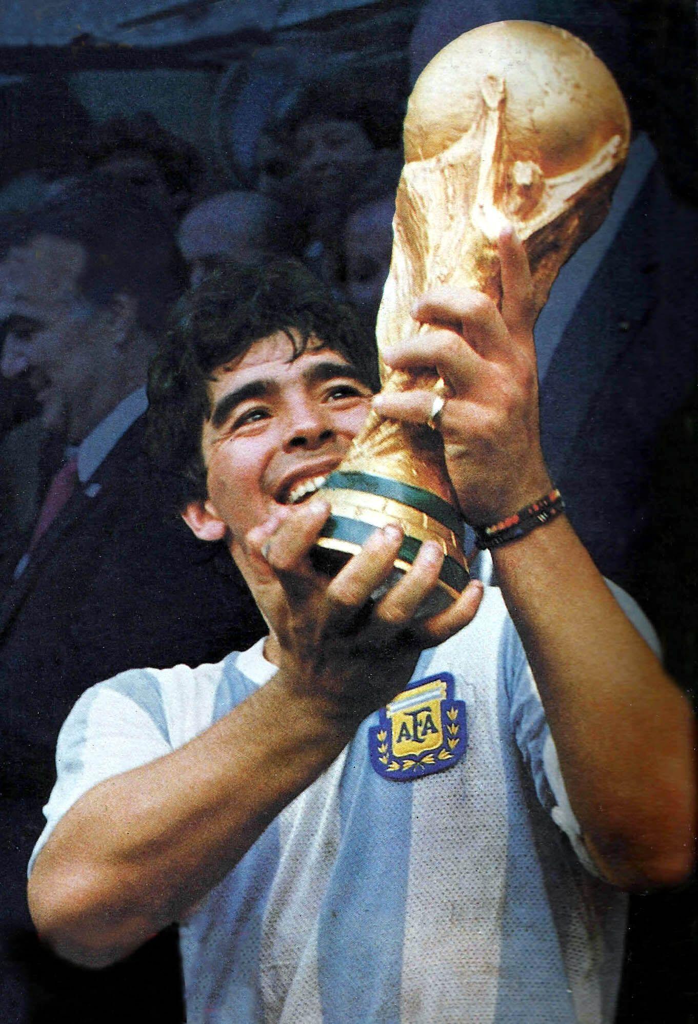Диего Марадона и трофей чемпионата мира по футболу, 1986 год