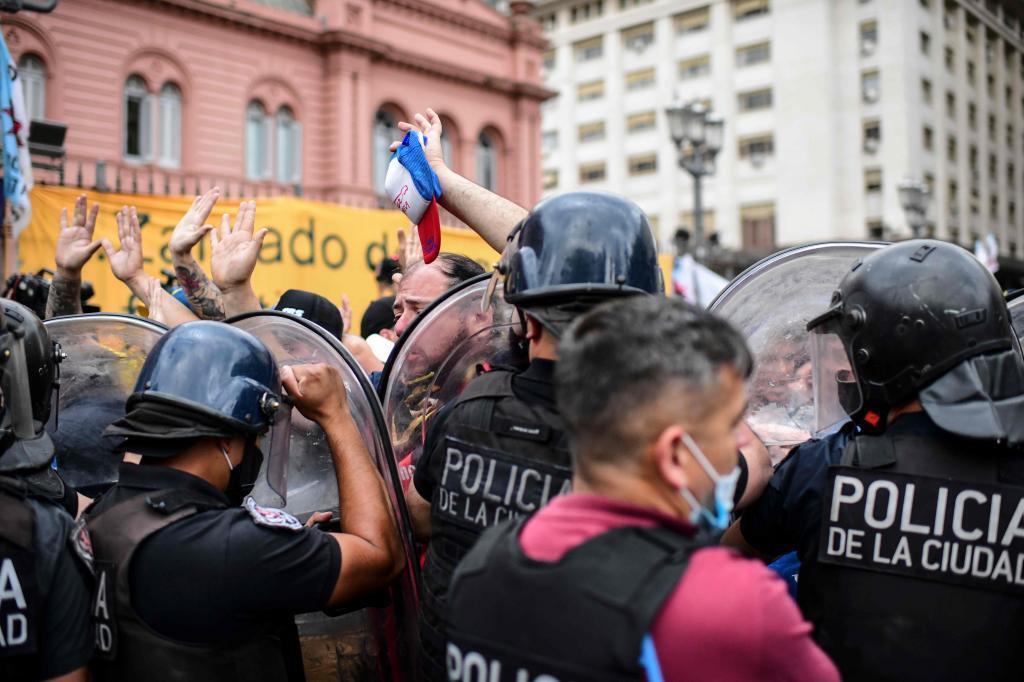 Поліція насилу стримує натиск людей