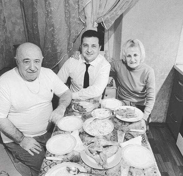 Президент опубликовал фото с родителями.