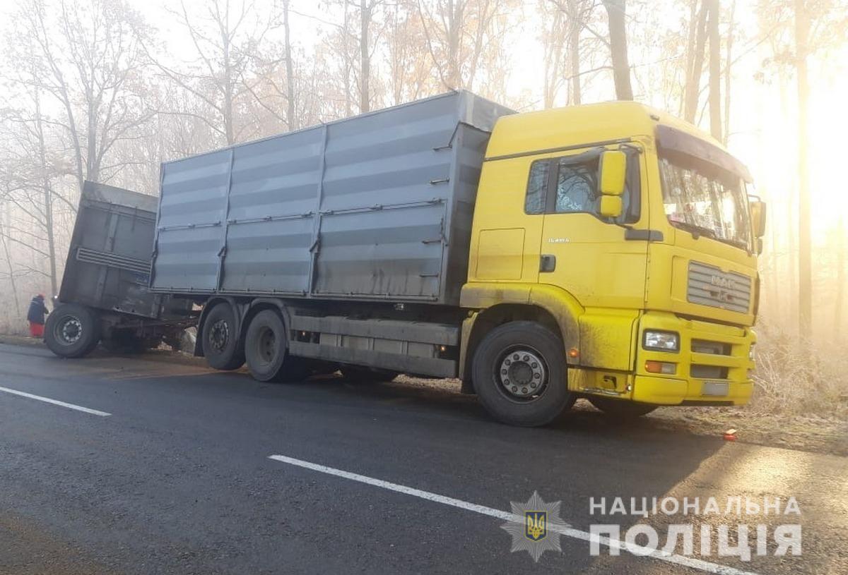 Прицеп грузовика занесло на встречную полосу движения