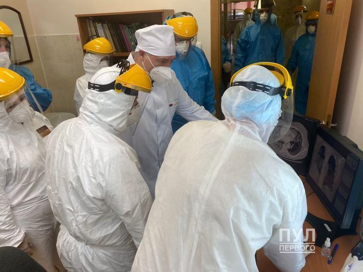 Врачи показали Лукашенко снимки легких после коронавируса