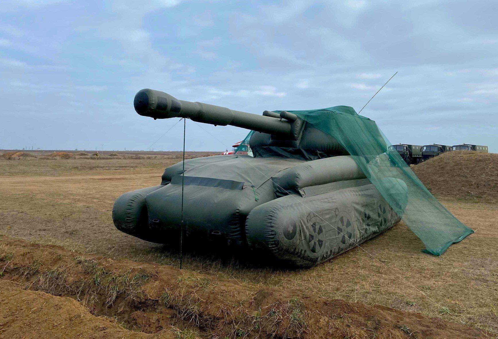 В Україні представили надувну військову техніку.