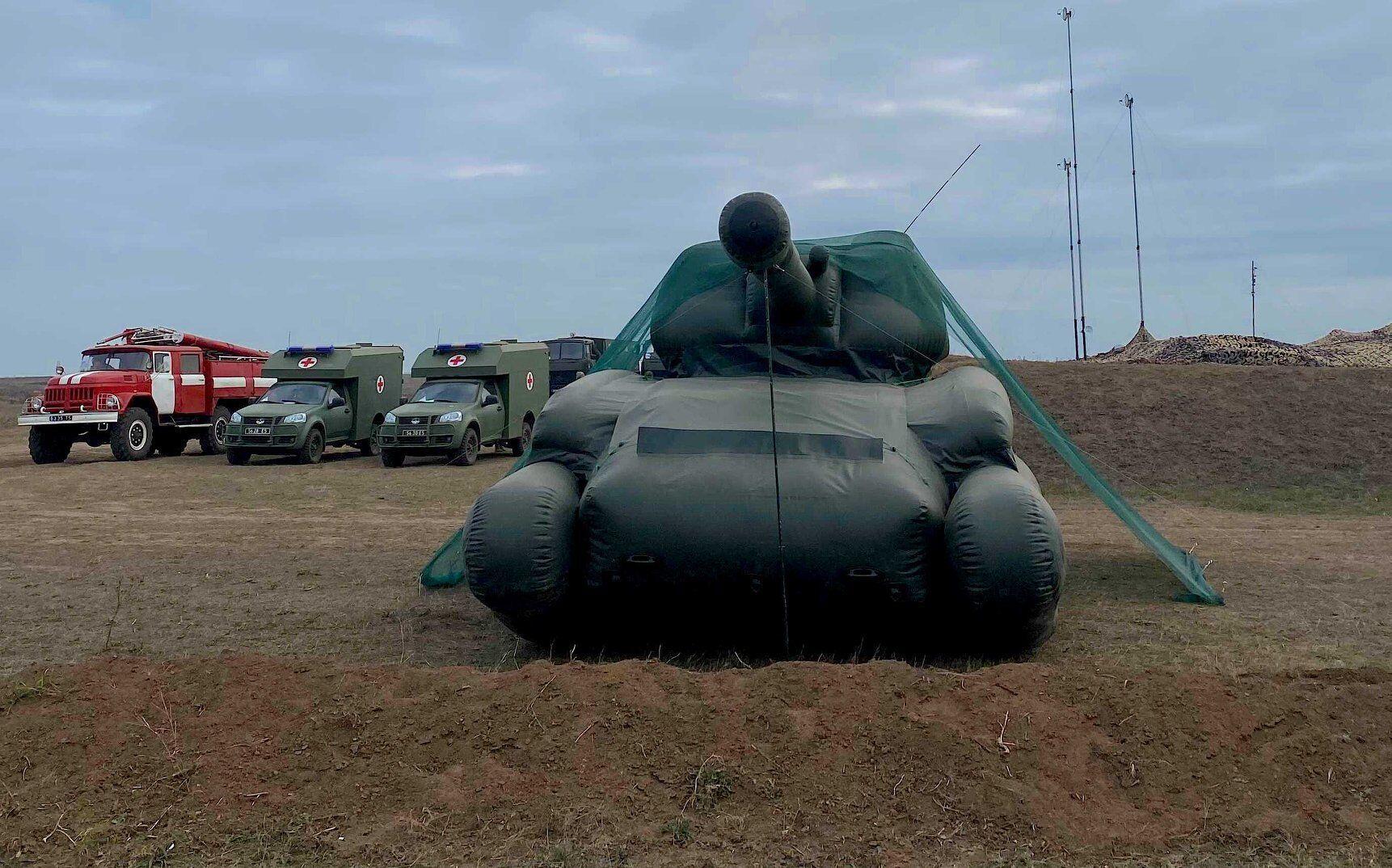 """На """"Широкому Лані"""" показали надувну військову техніку."""
