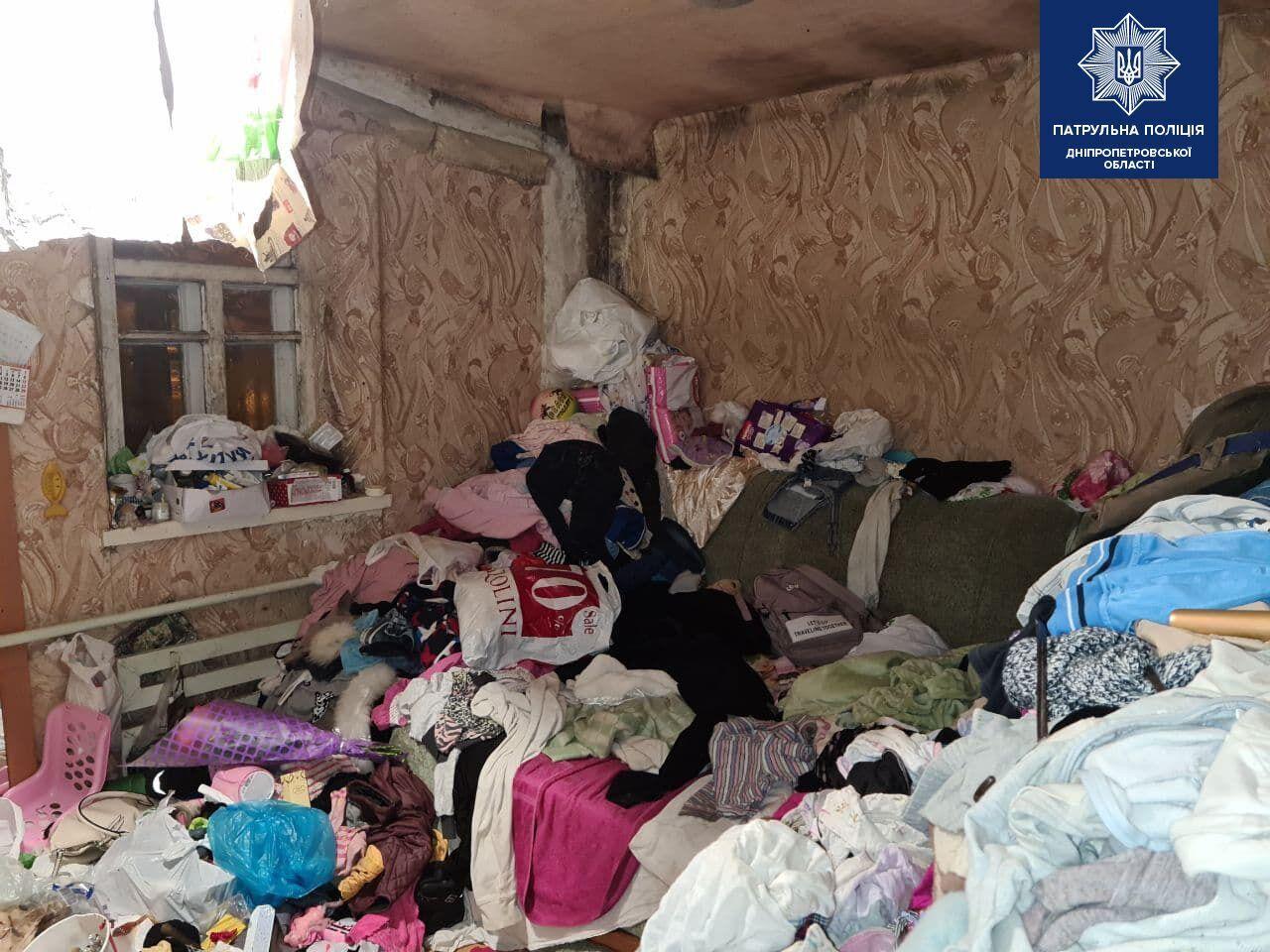 Діти жили в кімнаті, заповненій мотлохом