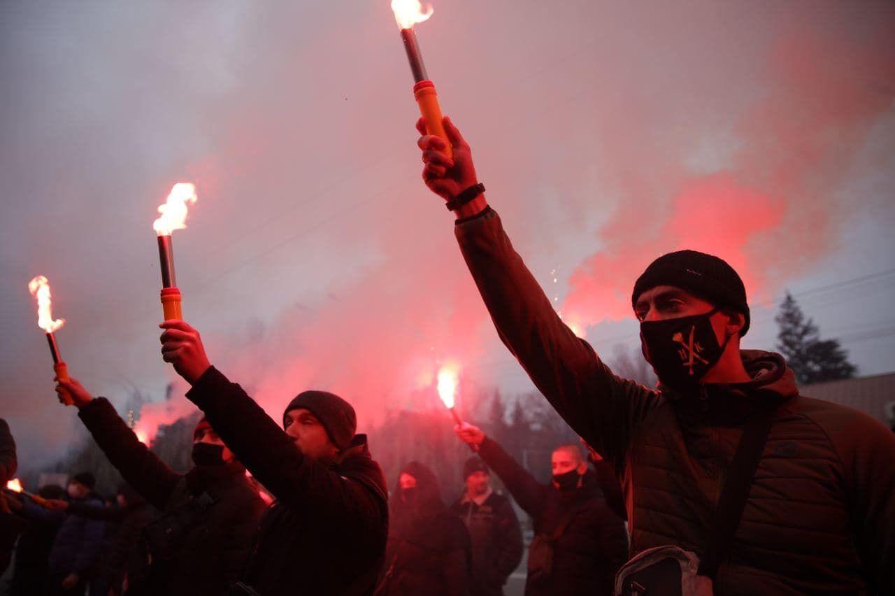 Митингующие жгли файера
