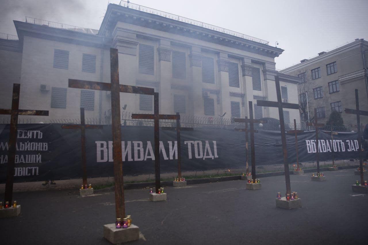 Под зданием установили 33 креста и лампады