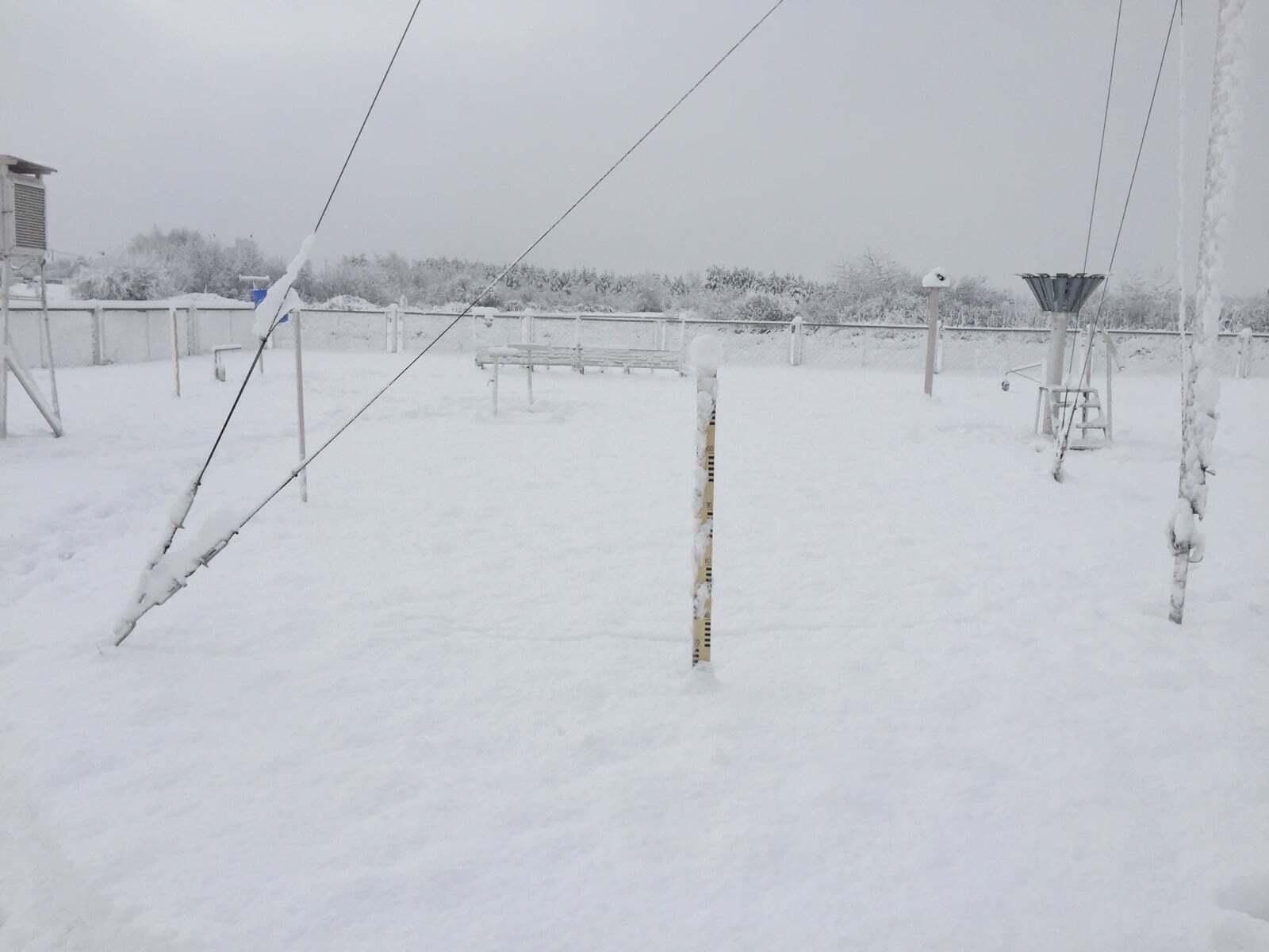 Первый снег на метеостанции в Сарнах
