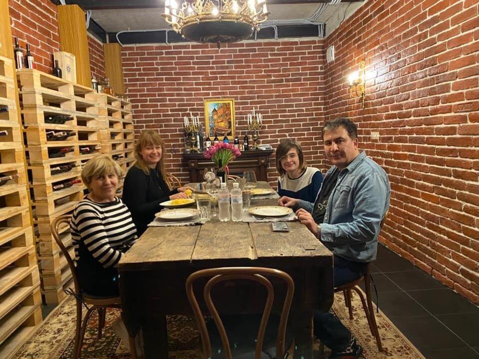Саакашвили с мамой, женой и сыном