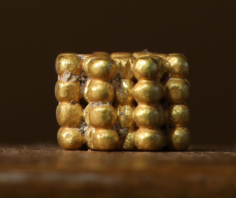 Бусина в форме цветка сделана из маленьких золотых гранул