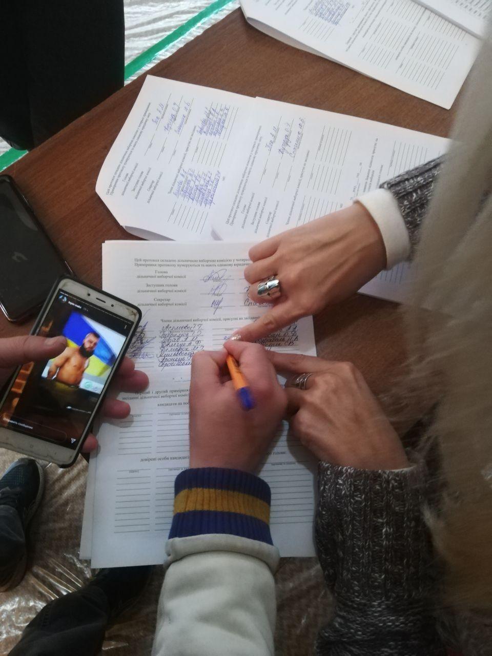 В Черновцах члены УИК заполнили протокол подсчета голосов