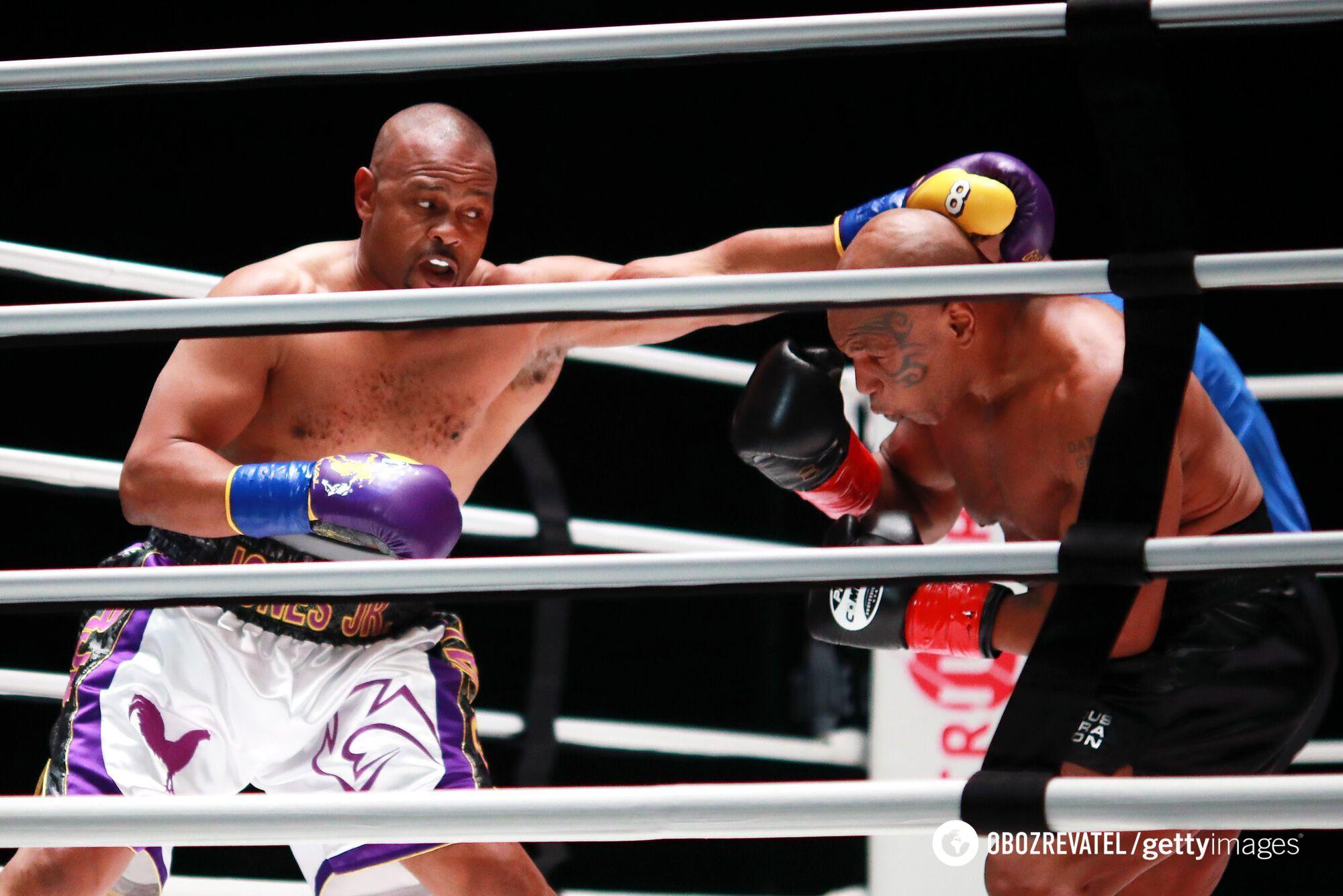 Рой Джонс атакує Майка Тайсона.