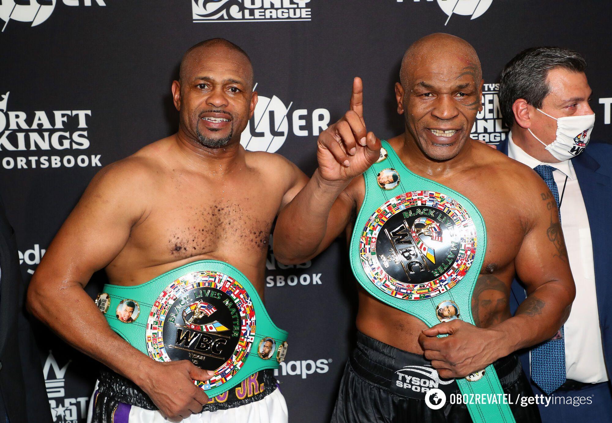 Рой Джонс і Майк Тайсон із чемпіонськими поясами WBC Frontline Battle Beltс