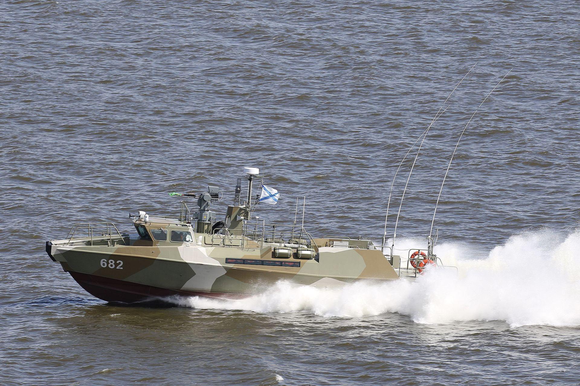 Катер бере участь у військово-морських парадах