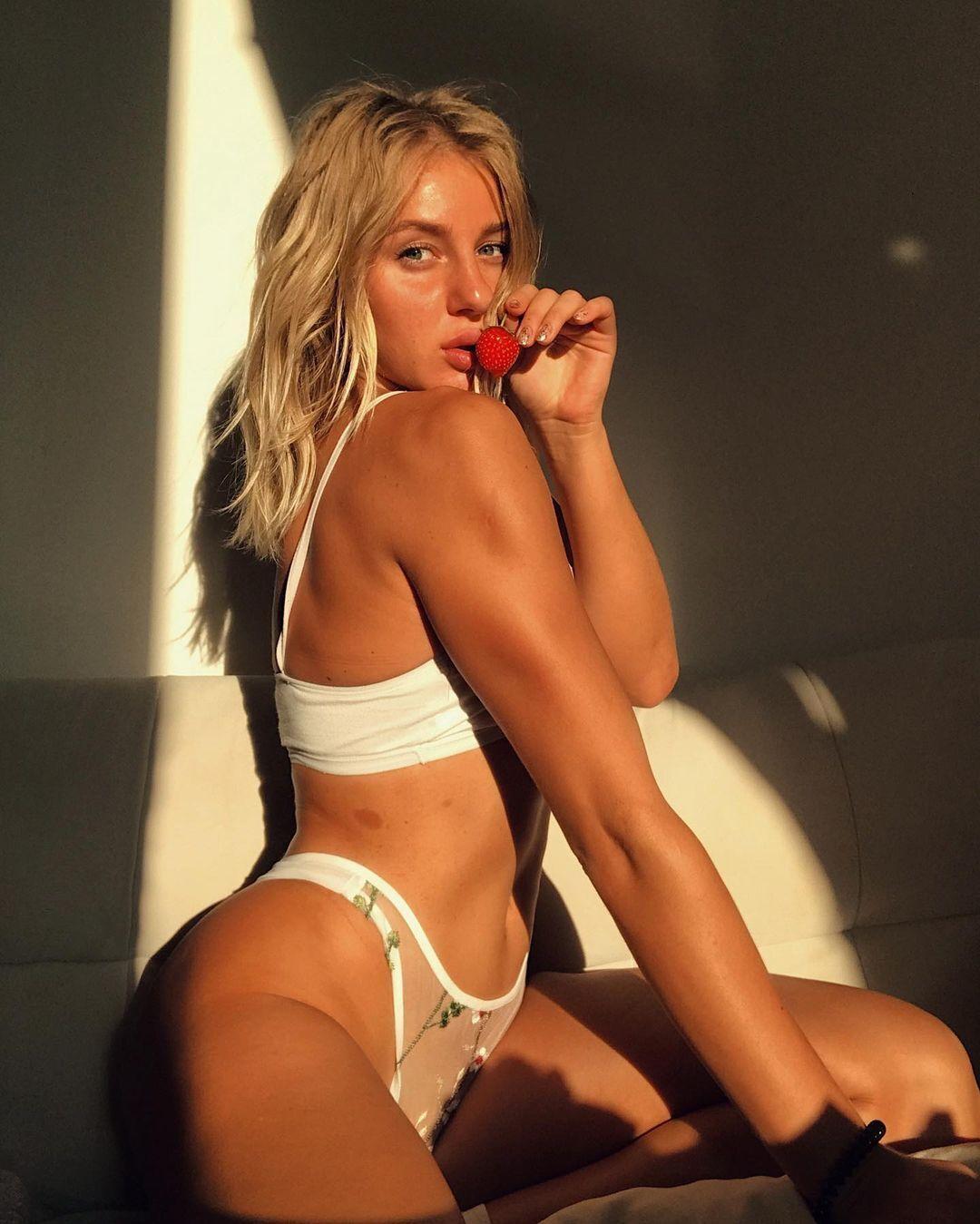 Виктория Савоник с клубникой