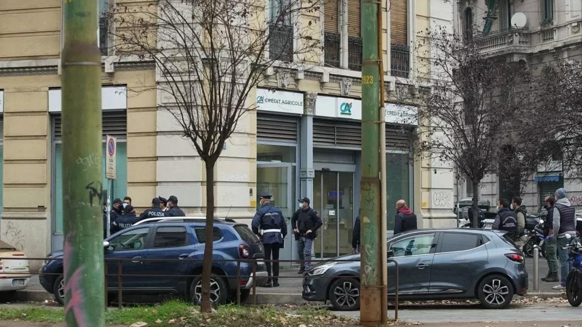 Поліція оточила будівлю і близько двох годин вела переговори з нападниками