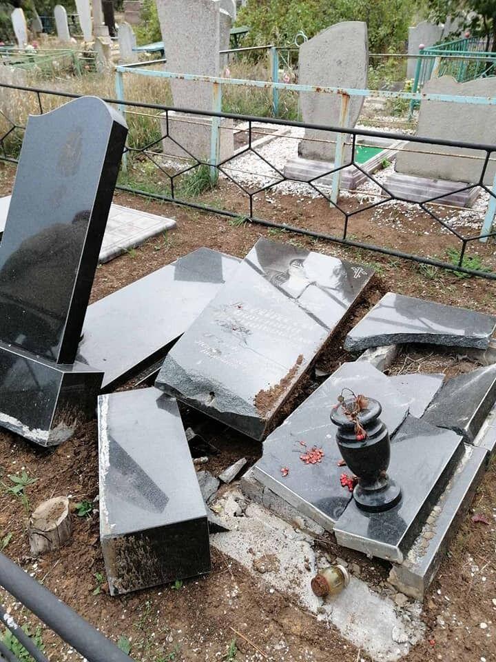 Усього було 14 розбитих могильних плит